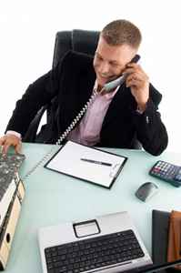 Mann telefoniert für sein MLM Geschäft